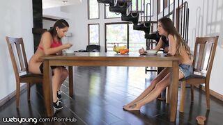 Hermanas lesbianas lamen las ranuras afeitadas en pose 69 debajo de la mesa