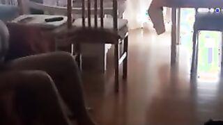 El esposo espía mientras su esposa cabalga sobre un miembro de su amante y gime ruidosamente