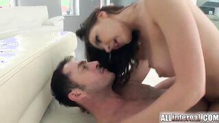 Alina Hennessy despertó al director porno y se corrió en el culo después del anal
