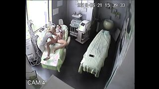 Sesión de depilación de coño y chica flaca anal se metió en una cámara oculta