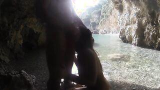 Turista italiano hizo una mamada profunda en una cueva en la playa