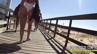 Salvavidas de playa espiando a chicas delgadas en trajes de baño en la playa
