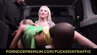 Taxista folló a los pasajeros en el auto, disfrutando de una doble mamada