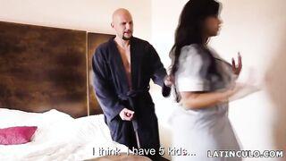 Mucama latina follada con un huésped del hotel, espiando a un miembro de la paja