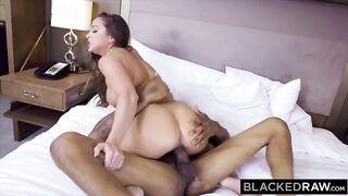 Sexwife chupó profundamente a un miembro negro y se sentó encima de él