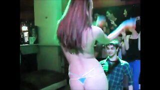 Stripper desnuda bailando en el regazo de su novio en una discoteca