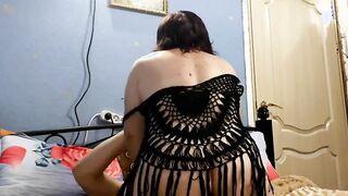 Folla a una esposa gorda con una polla delgada y se corre en la boca después del sexo