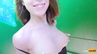 Sexo oral con una joven cresta en un camerino en la playa