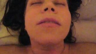 Un hombre terminó la boca de una joven prostituta durante una mamada masiva