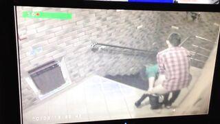 Los jóvenes follan en el porche y el conserje mira a través de la cámara de vigilancia