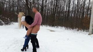 Rubia con tetas pequeñas follada por la espalda en un bosque nevado