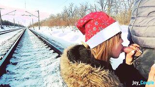 Mamada amateur de invierno en el riel frente a un tren en marcha