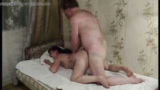 Un hombre peludo se folla a una mujer madura con cáncer y le tira del pelo