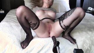 Anal casero femenino masturba la máquina del sexo en el culo apretado