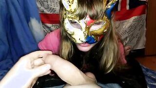 Esposa filmando en porno oral casero en máscara de oro