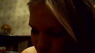 Chica delgada y borracha desnuda hablando antes del sexo