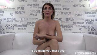 Chica delgada muestra grandes tetas en el casting porno