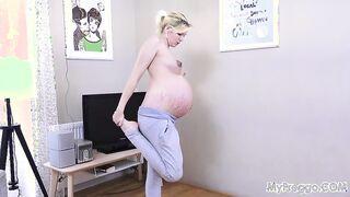 Chica embarazada desnuda con estrías en las tetas hace ejercicios en la mañana