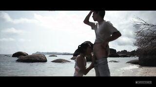 Joven asiática hace una mamada a un blogger sexual en una playa vacía