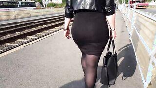Toma ante la cámara a un extraño inflado por el culo de un extraño con una falda que va del metro a la calle