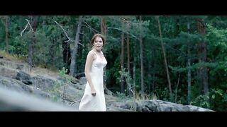 """Christina Asmus desnuda en el baño en la película """"Dawns Here Are Quiet"""""""