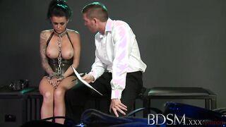 Amante en un corsé masturba a un miembro de un esclavo atado y lo monta