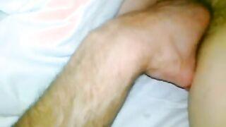 Hijo puños con su mano sobre el coño peludo de una madre dormida