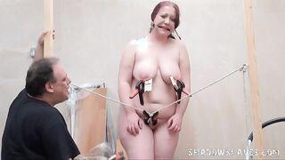 Mujer gorda madura obligada grita desde una trampa para ratones en sus tetas y pinza para la ropa