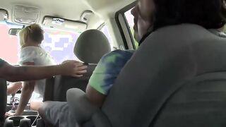 La zorra de pelo corto chupó la polla del conductor follando con su amante en el asiento trasero del auto