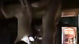 """Stripper chupa públicamente a un miembro de un estudiante borracho en el club de Rostov """"Honey"""""""