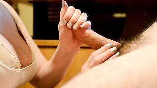 La camarera se toca con los dedos y chupa la polla de un cliente en la trastienda