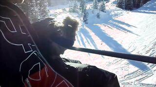 Un esquiador chupa la polla de un snowboarder mientras sube a un teleférico