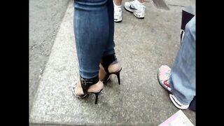 Toma en cámara el culo elástico de una chica delgada en las calles de Nueva York