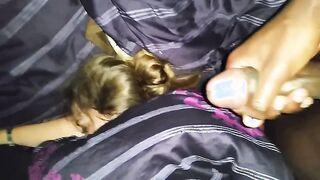 Ébano tocando una manguera negra sobre una novia dormida, cachonda con la vista de bragas rosas
