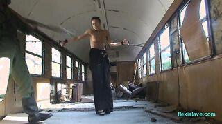 Partisan azotó a un explorador atado en un autobús abandonado