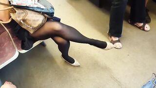Persiguiendo a una rubia en pantimedias y filmando secretamente sus piernas en el metro