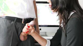 El jefe distrajo a la secretaria del trabajo para que ella se masturbara la polla