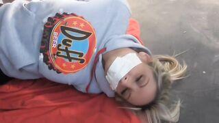 Bandido enmascarado secuestró a una hermosa niña y la ataron en una camioneta
