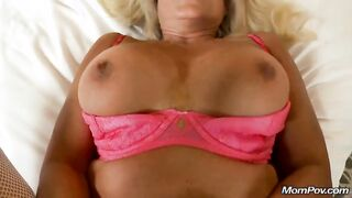 Mujer madura follada con un joven camarógrafo en casting porno
