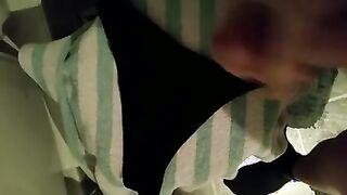 Hermano digitación polla en tanga desgastada negro de la hermana